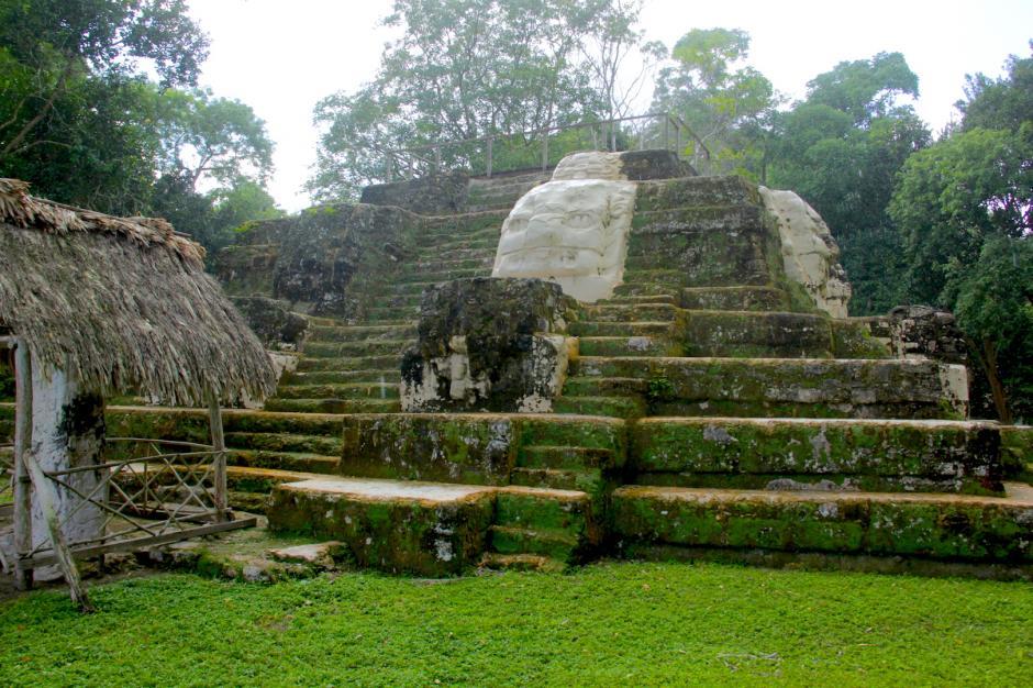 Desde este monumento se puede apreciar el observatorio astronómico de Uaxactún. (Foto: Fredy Hernández/Soy502)