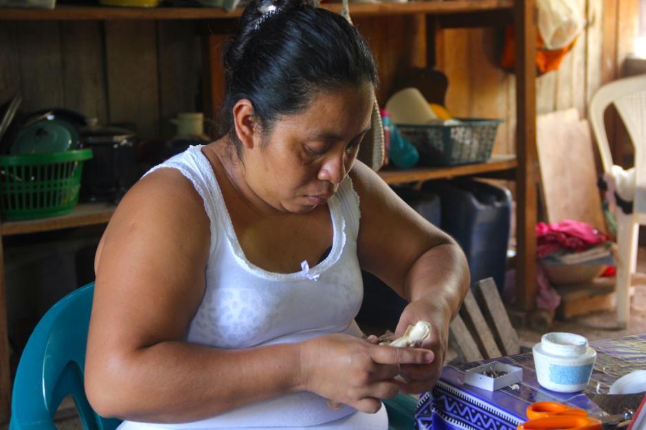 Vilsa Gualip es una experta en la elaboración de las muñecas. (Foto: Fredy Hernández/Soy502)