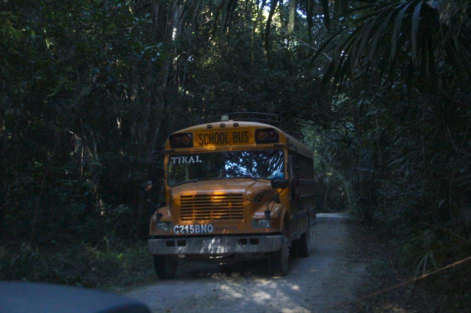 Hay un solo bus hacia la comunidad. Sale de madrugada a Flores y regresa casi de noche a Uaxactún. (Foto: Fredy Hernández/Soy502)