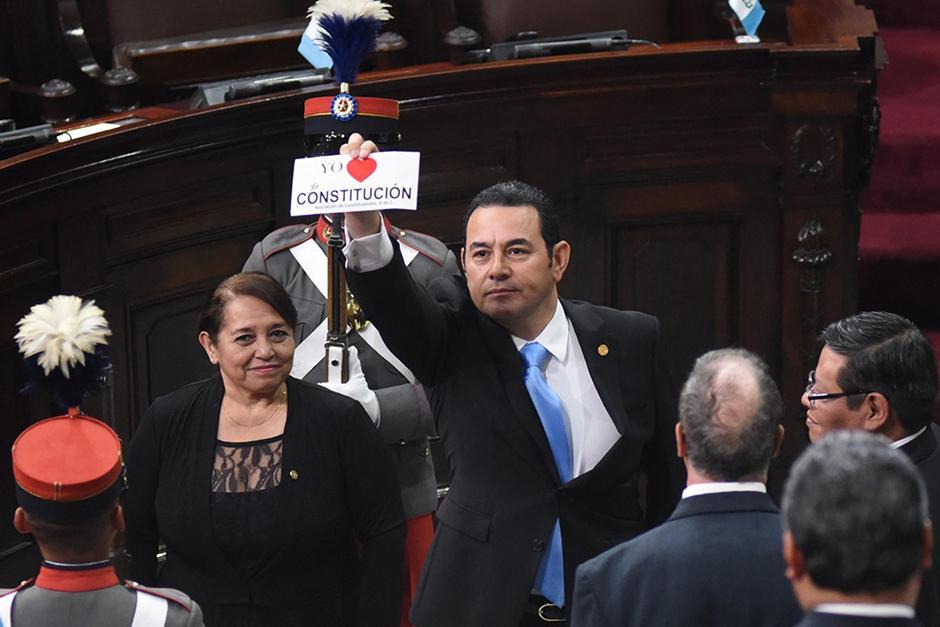Al concluir su discurso, el Presidente recibió un regalo por parte de un diputado que rompió el protocolo. (Foto: Alejandro Balán/Soy502)
