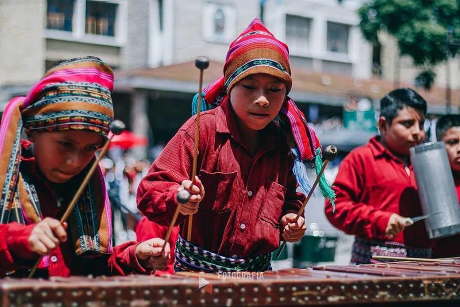 Los niños de la Escuela Oficial Xechivoy JM, en Santiago Atitlán sorprendieron con honrando a Guatemala al ritmo de marimba. (Foto: Juanito Damián)