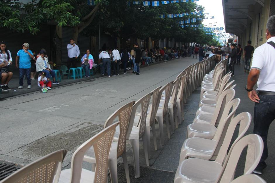 Desde tempranas horas colocaron estas sillas para alquilarlas a quienes se acercaban a observar el desfile de Independencia (Foto: Fredy Hernández)