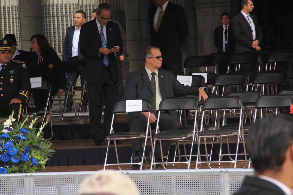 Varias sillas vacías se observan en los espacios reservados para los invitados de Jimmy Morales. (Foto: Fredy Hernández/Soy502)