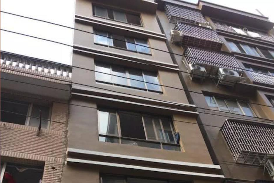 Niña cae del cuarto piso