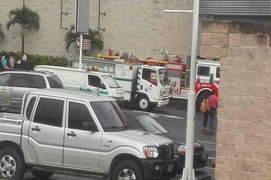 Motobombas y ambulancias llegaron al lugar y los rescatistas atendieron a varias personas que fueron afectadas por el humo. (Foto: Facebook/Kendryk Westh)