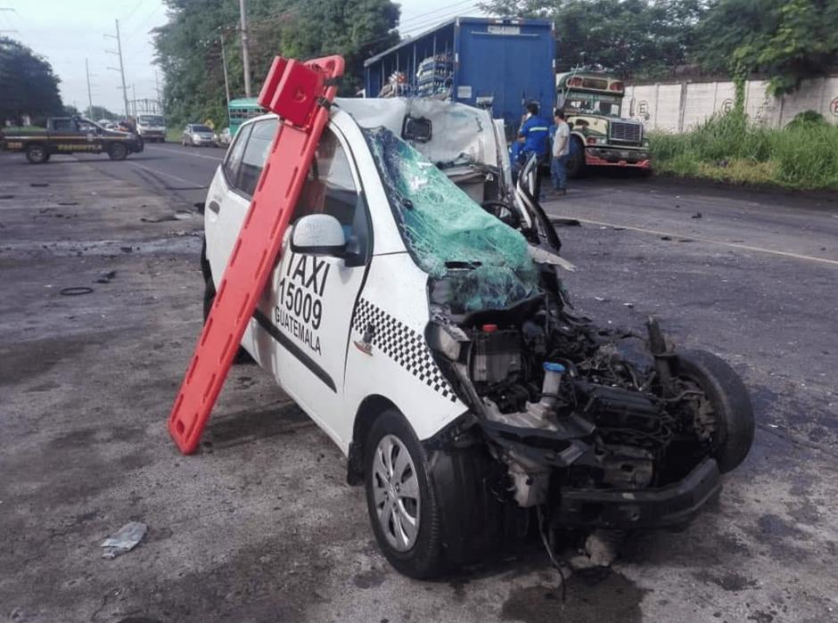 El taxi involucrado en el accidente quedó totalmente destruido. (Foto: Bomberos Voluntarios)