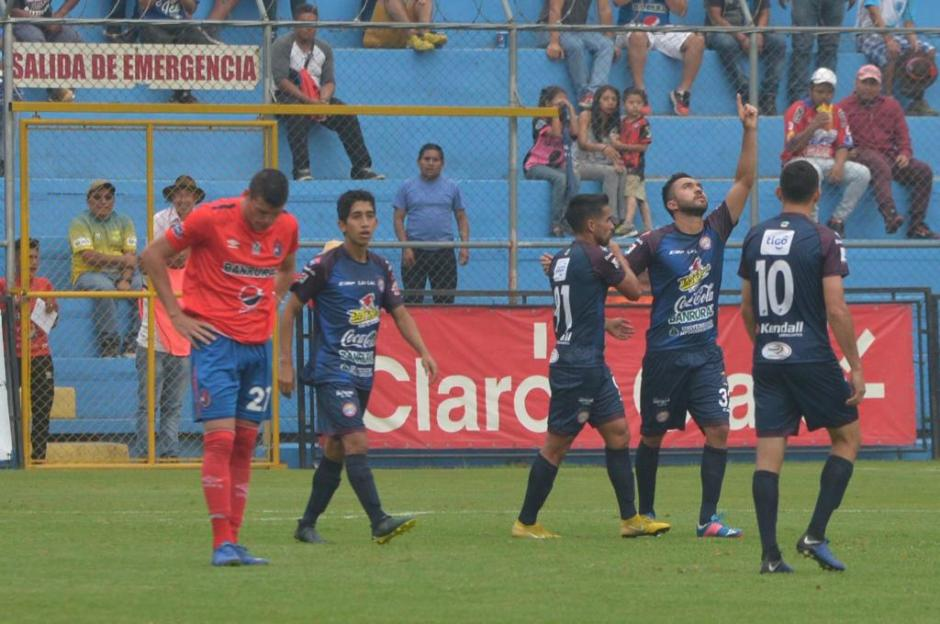 Carlos Kamiani venció la resistencia de la defensa roja. (Foto: Jesús Alfonso/Soy502)
