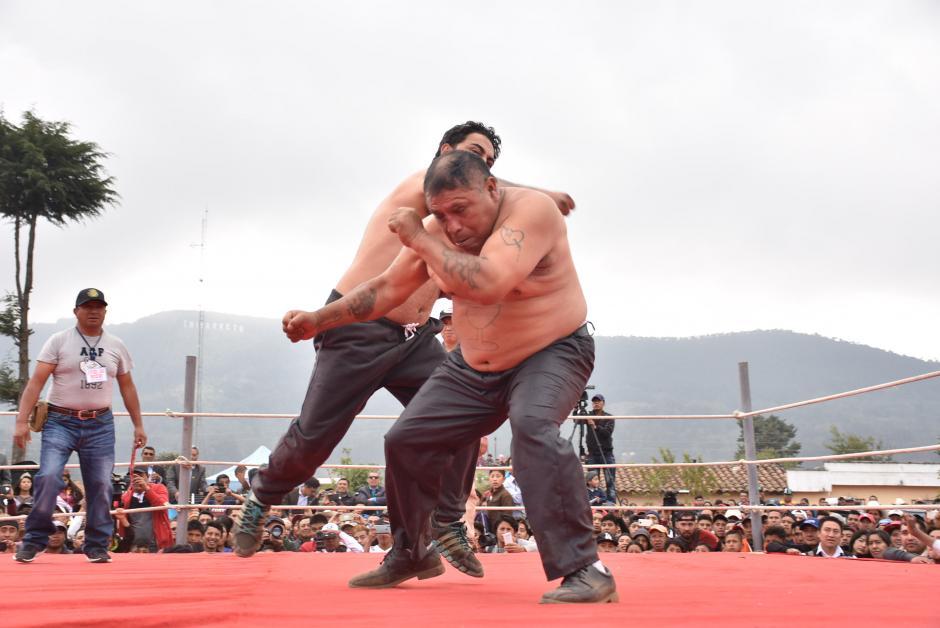 Algunos soportaron los golpes a puño limpio, mientras otros se retiraban al sentir los golpes. (Foto: Daniel García)