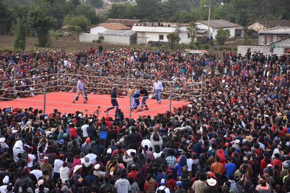 Cientos de personas observaron esta actividad y abarrotaron el campo de fútbol local. (Foto: Daniel García)