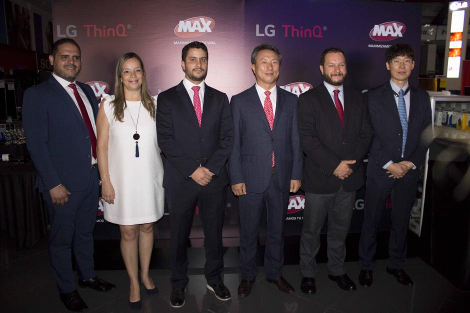 Representantes de LG ThinQ y directivos de Grupo Distelsa presentes. (Foto: Magui Medina/Soy502)