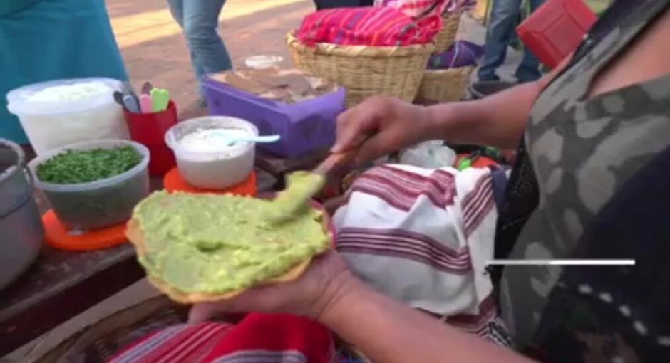 """El programa """"Destinos"""" de CNN destacó la comida guatemalteca que se puede encontrar en los puestos callejeros. (Foto: CNNEE)"""