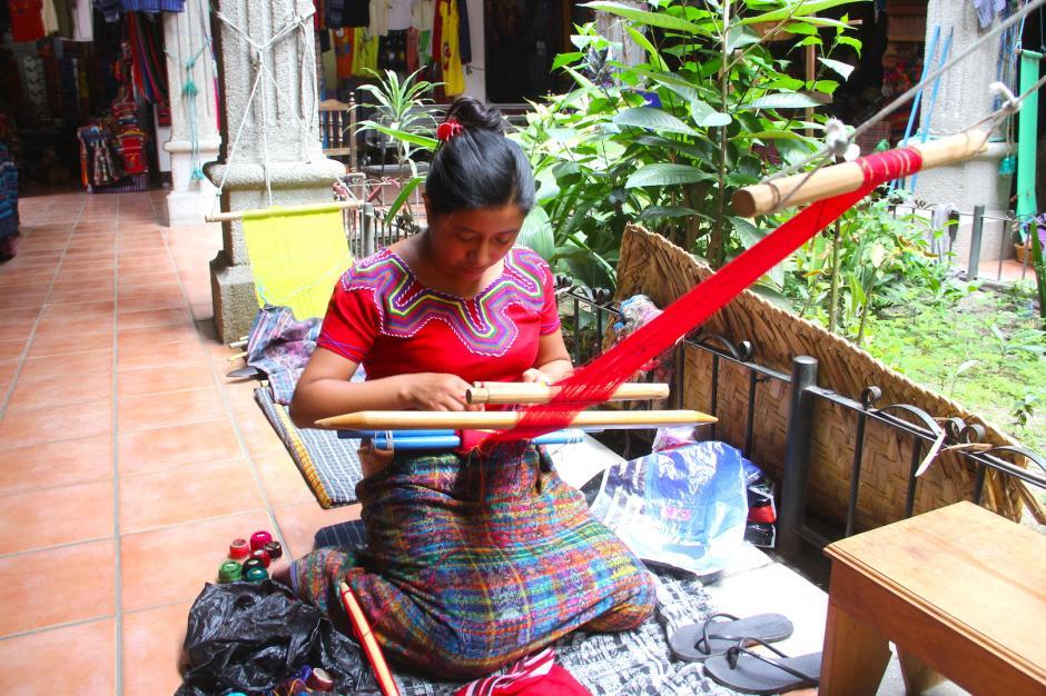 Podrás observar a las mujeres tejiendo y podrás conocer este proceso. (Foto: Fredy Hernández/Soy502)