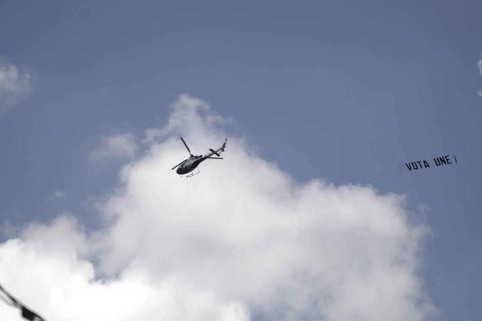 """La candidata llegó a bordo de un helicóptero, el cual, se quedó sobrevolando el área con un cartel que decía: """"Vota UNE"""".  (Foto: Wilder López/Soy502)"""