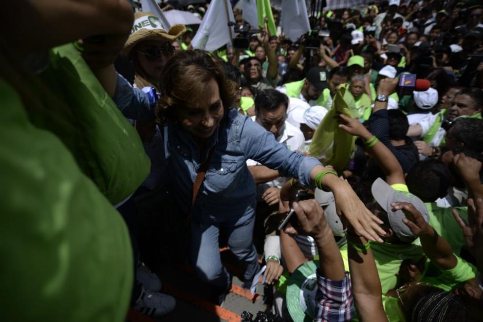 Torres tuvo que abrirse paso entre decenas de simpatizantes para llegar al escenario.  (Foto: Wilder López/Soy502)