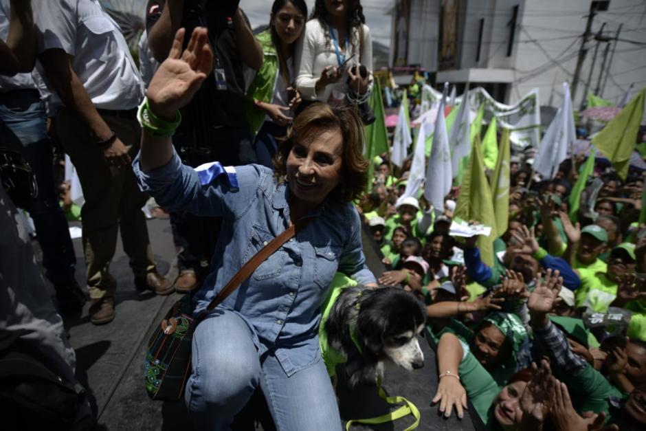 """La candidata de la UNE llegó acompañada de su perro """"Güicho"""".  (Foto: Wilder López/Soy502)"""