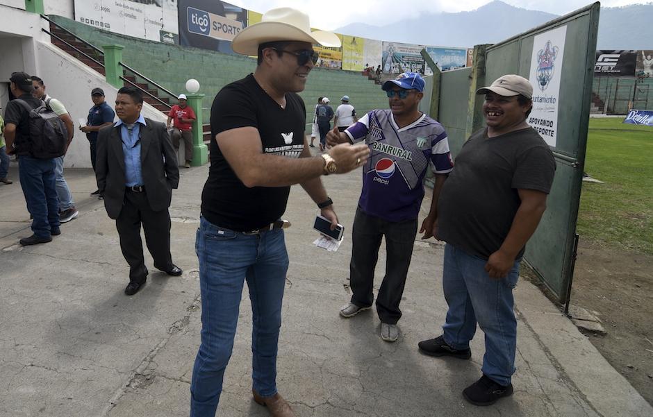 El alcalde Neto Bran saluda a aficionados de Antigua en el estadio Pensativo. (Foto: Cortesía)