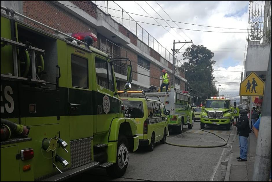 Bomberos Municipales acudieron al colegio San Sebastián por reporte de un incendio.
