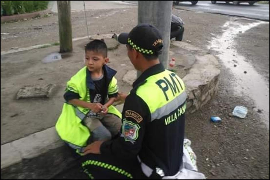 El agente de PMT de Villa Canales brinda atención al niño que encontró perdido. (Foto: Facebook Finca La Concha Villa Canales)