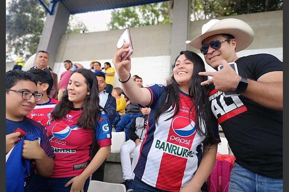 """Neto Bran se toma una """"selfie"""" con una aficionada de Xelajú MC, en el estadio Santo Domingo. (Foto: Cortesía)"""