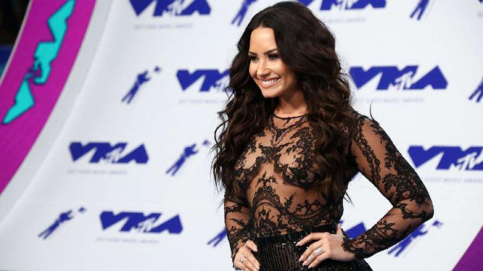 Demi Lovato celebra cumpleaños en concierto de Ariana Grande