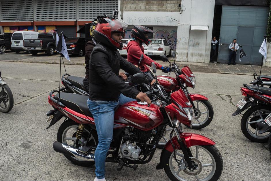 Motoristas listos para el primer recorrido. (Foto: Melissa Menéndez/Soy502)