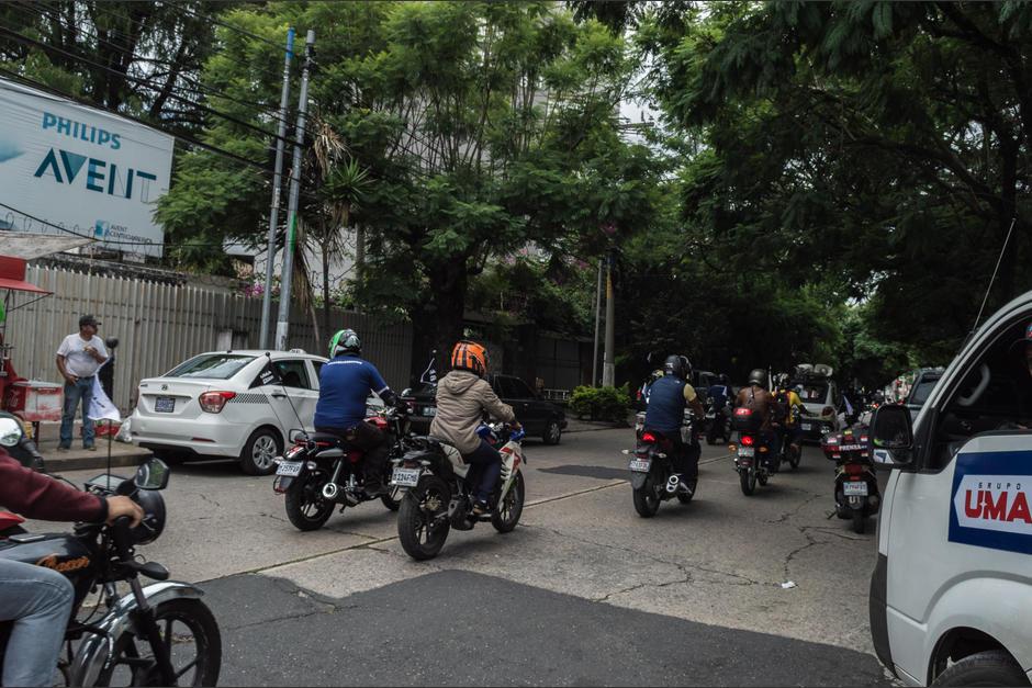 Motoristas en las calles principiando la primer caravana Platina. (Foto: Melissa Menéndez/Soy502)