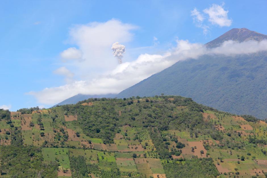Las fumarolas y los retumbos del volcán de Fuego asombran a los visitantes. (Foto: Fredy Hernández/Soy502)