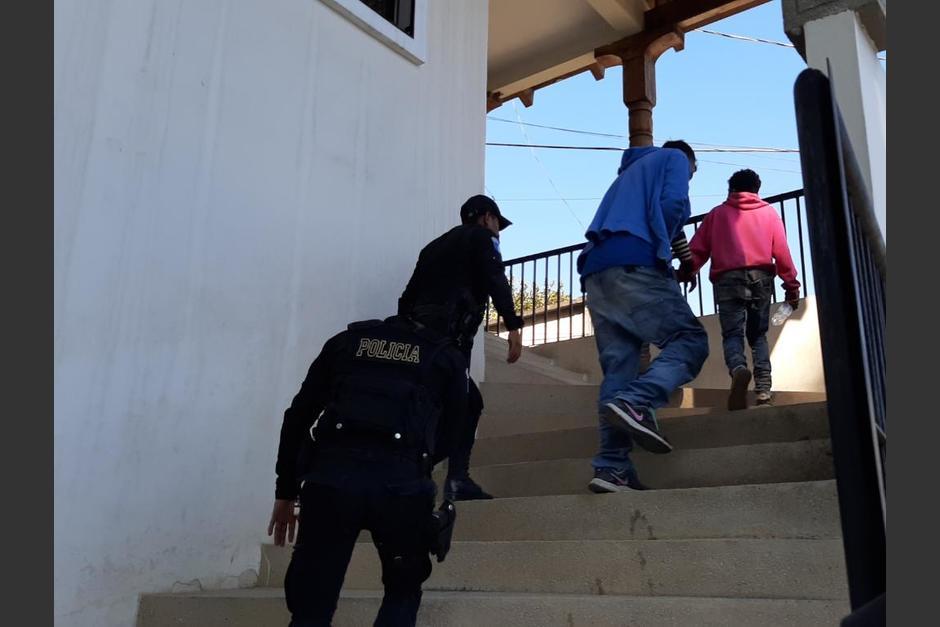 Tres de los jóvenes que lanzaron piedras y botellas a la PNC pudieron ser capturados. (Foto: PNC)