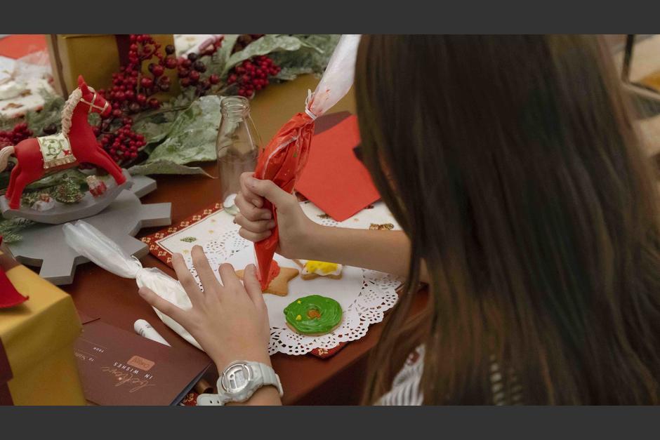 Los pequeños tienen la oportunidad de decorar sus galletas (Foto: Soy502)