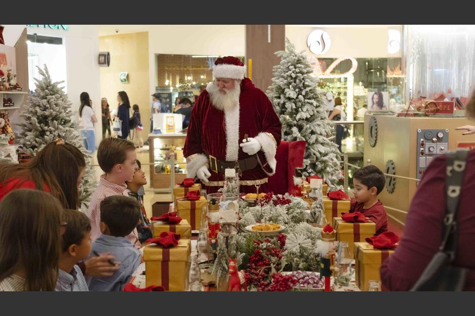 En la inauguración Santa compartió con diez niños. (Foto: Soy502)
