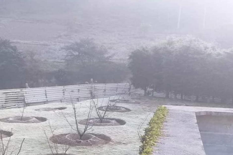 Los vecinos de la ciudad altense compartieron las fotografías de la escarcha sobre sus sembrados y autos (Foto: Facebook)