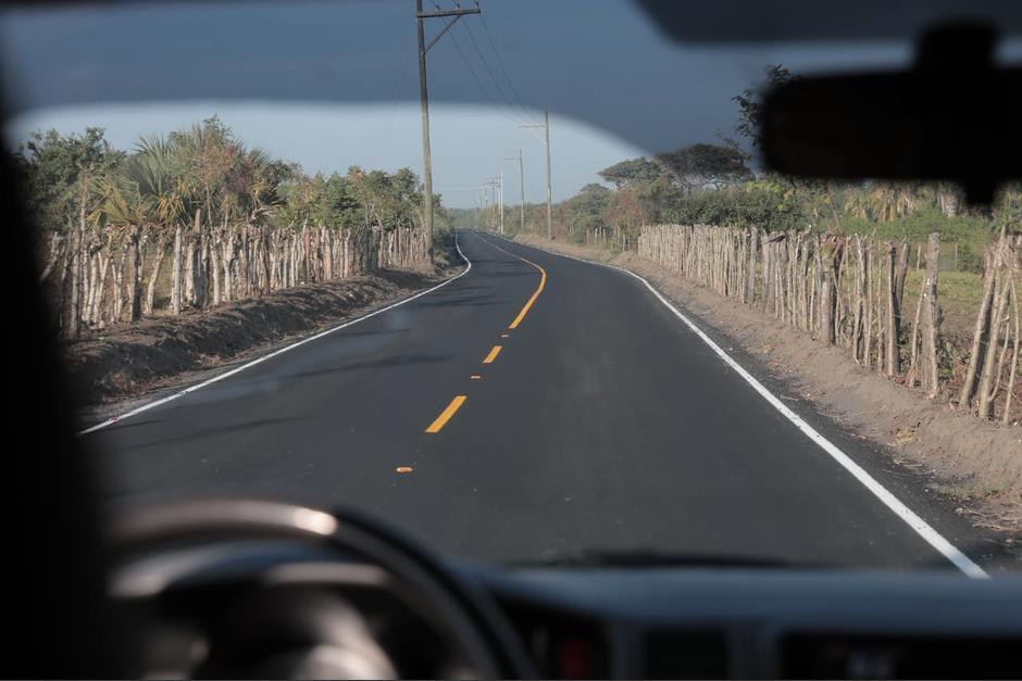 El presidente Jimmy Morales inauguró una carretera asfaltada por el Cuerpo de Ingenieros del Ejército. (Foto: AGN)