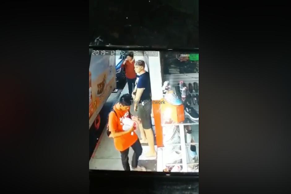 El joven intenta no levantar sospechas mientras lleva los zapatos bajo el brazo (Foto: captura de pantalla)