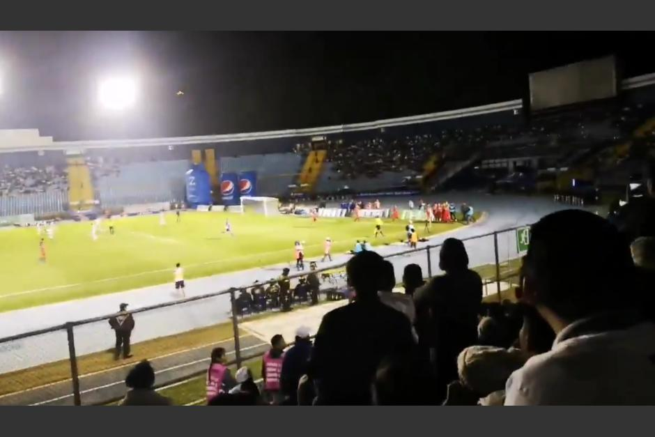 El aficionado de Municipal ingresó al estadio y festejó el único gol del partido. (Foto: captura video)