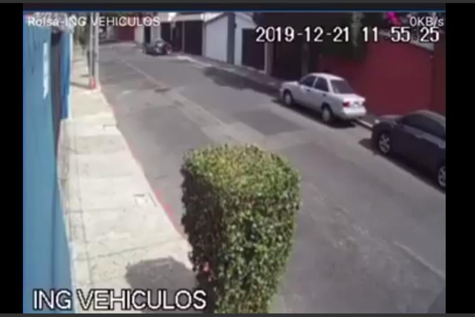 El hombre abre el carro y regresa para llevárselo. (Foto: captura video)