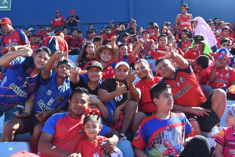 El partido inicia este domingo a las 15:00 horas. Más de 16 mil aficionados ingresan al Estadio Nacional. (Foto: Rudy Martínez/Soy502)