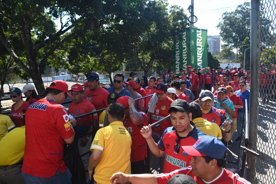Miles hicieron fila desde muy temprano para ingresar al estadio. (Foto: Rudy Martínez/Soy502)