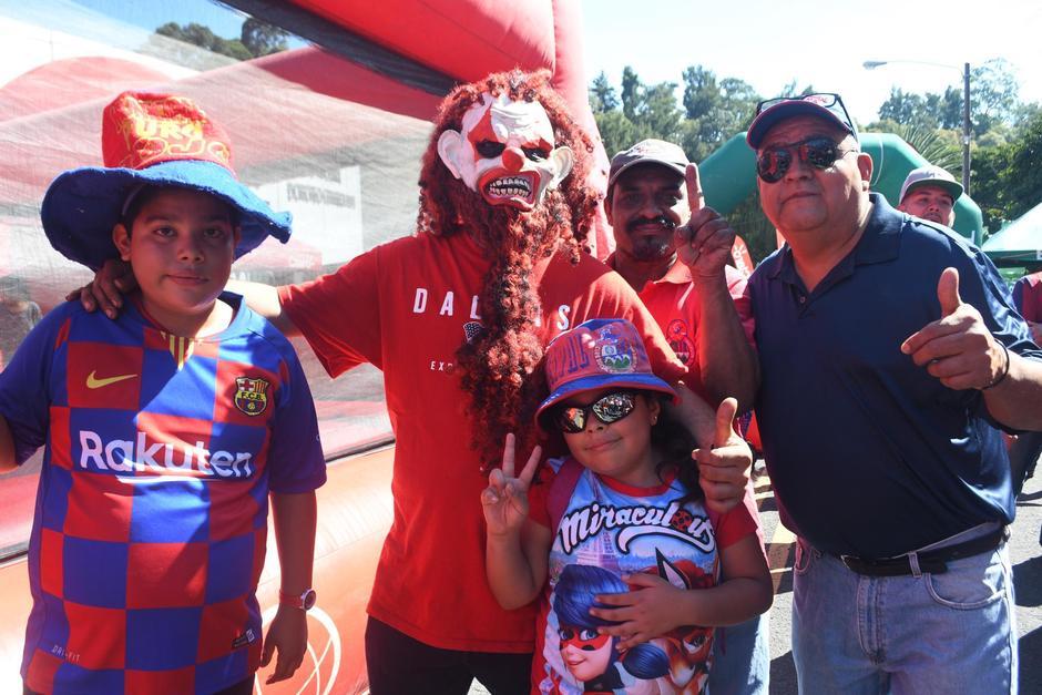Llegaron disfrazados y con sus mejores galas para presenciar el partido. (Foto: Rudy Martínez/Soy502)