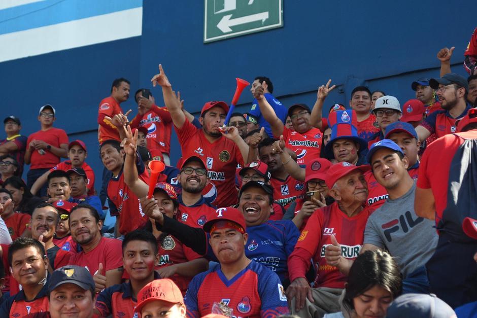 Los aficionados buscaron los mejores lugares para no perder detalle del partido. (Foto: Rudy Martínez/Soy502)