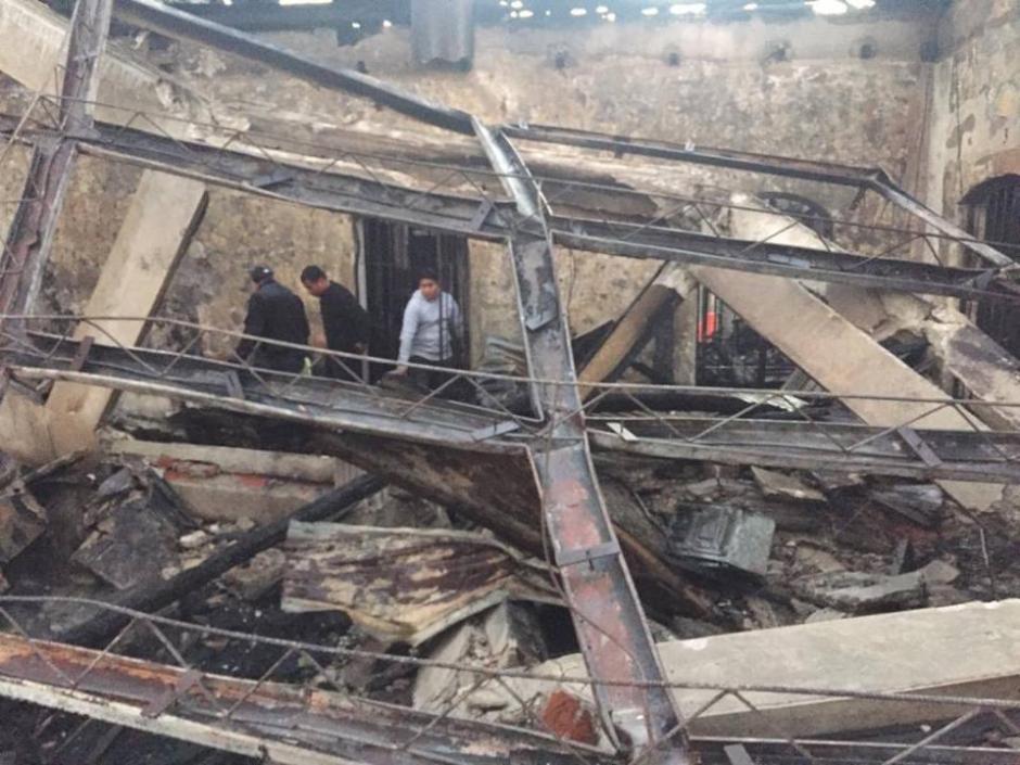 Los locales comerciales, un restaurante y un pequeño hotel fueron consumidos por el fuego. (Foto: Bomberos Voluntarios)