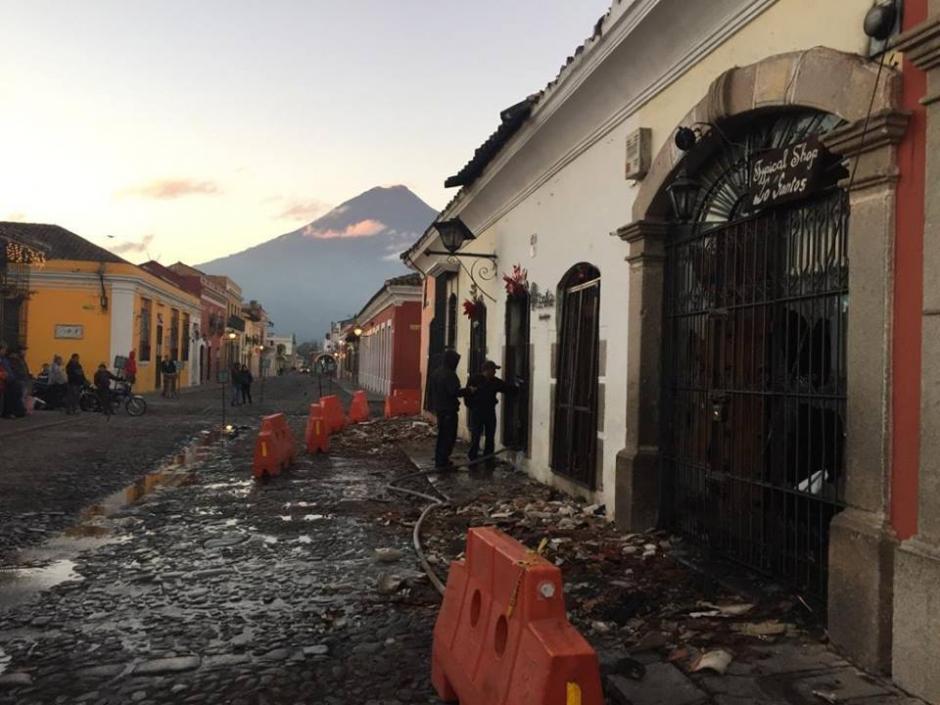 Así se observa esta mañana la Antigua Guatemala. (Foto: Bomberos Voluntarios)
