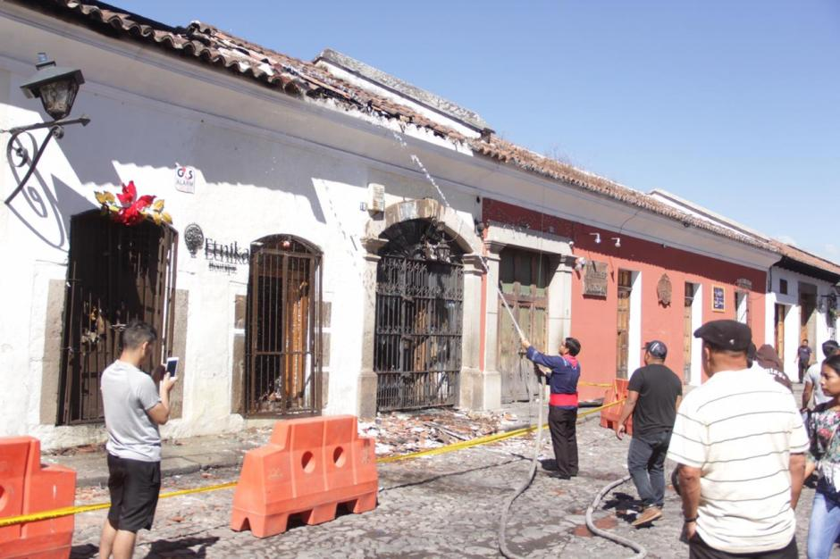 En pleno festejo de Año Nuevo, un incendio destruyó cinco comercios en la Calle del Arco. (Foto: Fredy Hernández/Soy502)