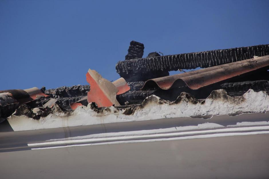 Solo madera carbonizada quedó en los locales de la Antigua. (Foto: Fredy Hernández/Soy502)
