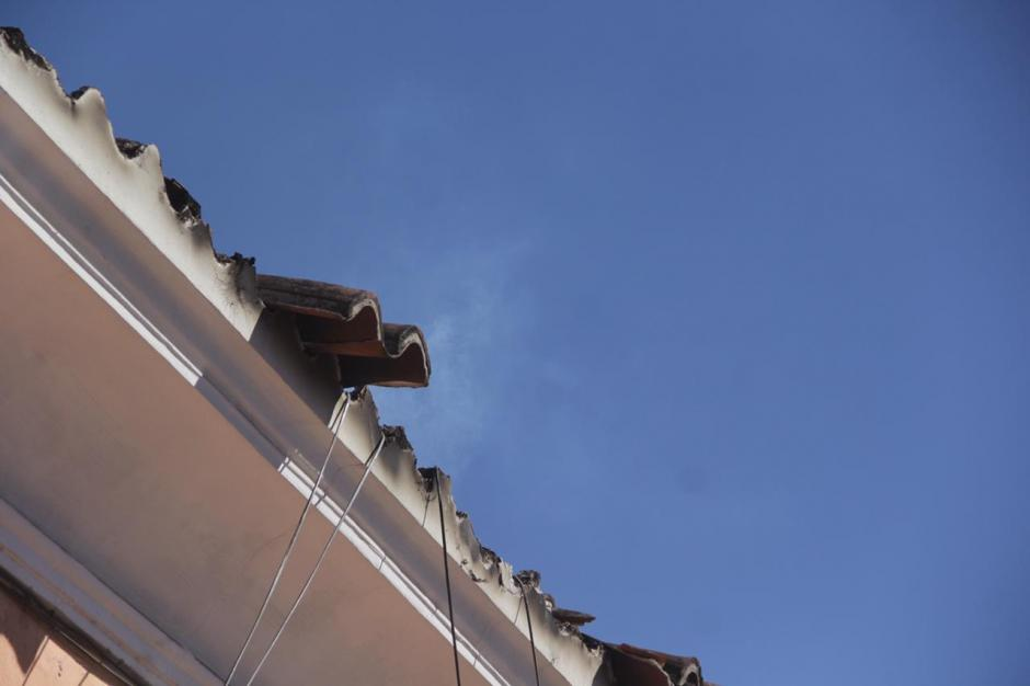 Pese a que ya pasaron varias horas, un humo blanco sigue saliendo de los techos. (Foto: Fredy Hernández/Soy502)