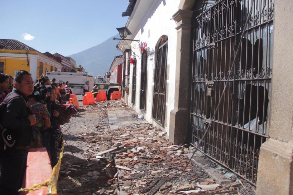 Decenas de personas observan cómo quedaron los comercios afectados por el fuego. (Foto: Fredy Hernández/Soy502)