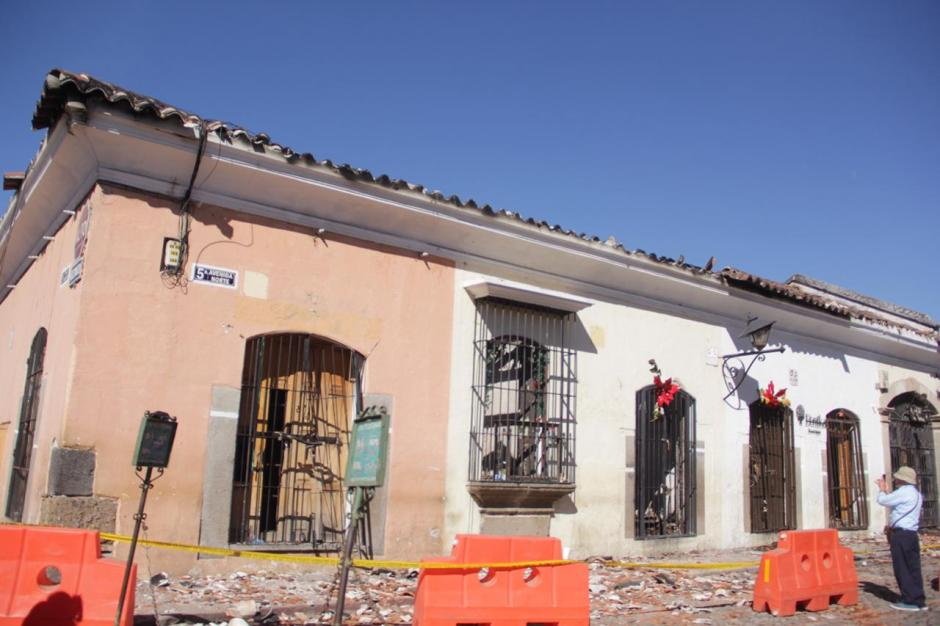 Por seguridad a que caigan más escombros, las autoridades resguardan el área. (Foto: Fredy Hernández/Soy502)