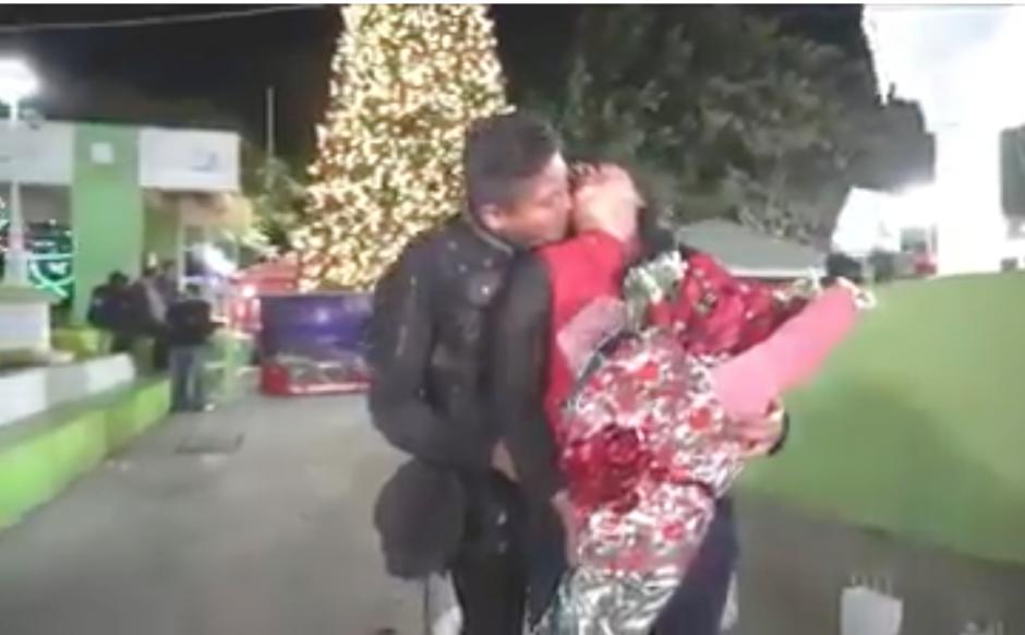 Video se viraliza, se dice que es un agente de la PNC que propone matrimonio. Si conoces a la pareja etiquétalos. (Foto: captura de pantalla)