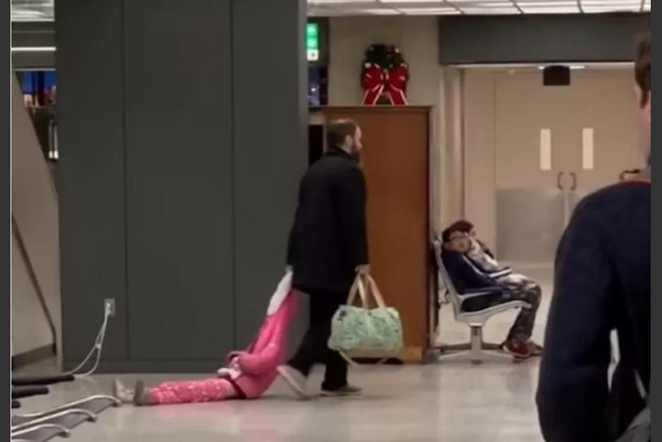 Pequeña hace berrinche y su papá la arrastra por todo el aeropuerto
