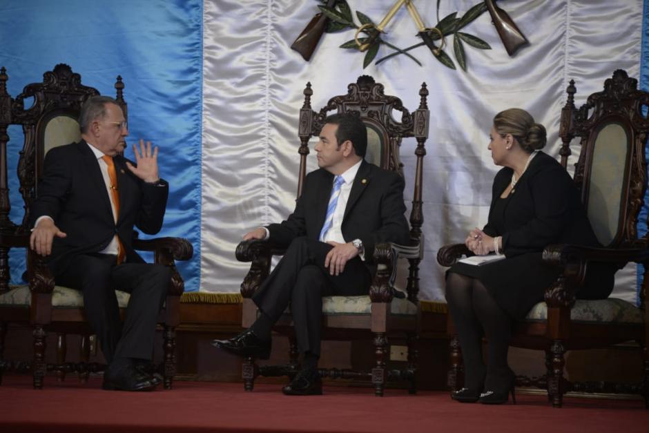 El embajador de Colombia en Guatemala,  Juan Hurtado Cano, se presenta ante Jimmy Morales y Sandra Jovel. (Foto: Wilder López/Soy502)