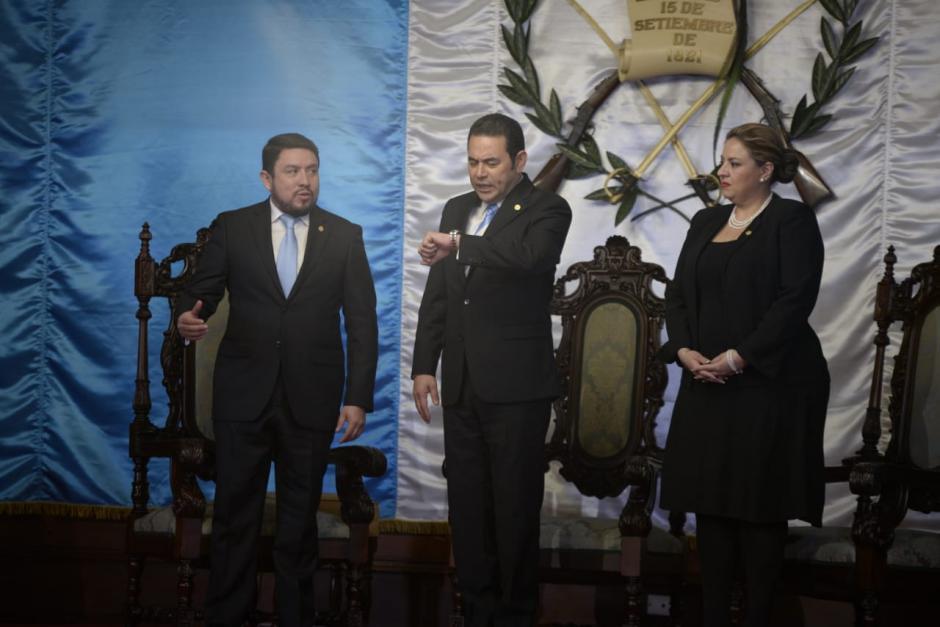 El embajador de Costa Rica en Guatemala, Emilio Arias Rodríguez, el presidente Jimmy Morales, parece estar preocupado por el tiempo. (Foto: Wilder López/Soy502)